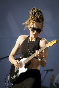 Duktig gitarrist är hon också