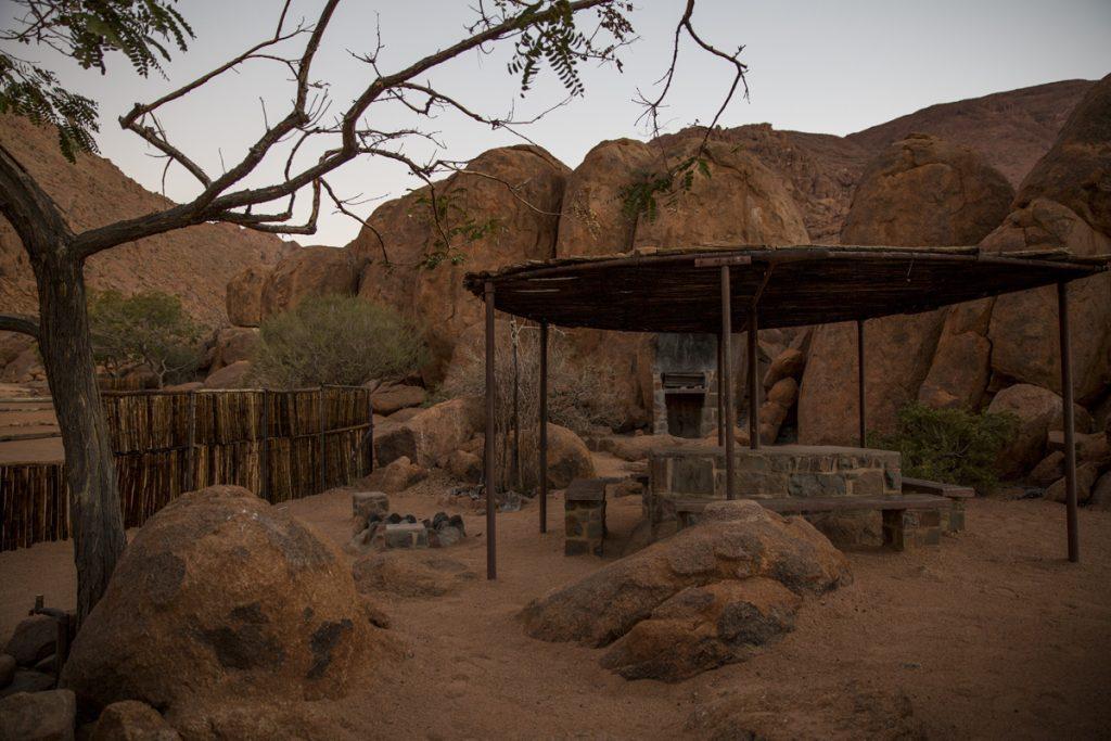 Vår alldeles egna campingplats med grillplats, eldstad, bänkar och bord under tak. Toalett och dusch får vi dela med 4 andra på campingen. Allt detta i fantastisk naturskön miljö till en kostnad av endast ca 250 SEK.