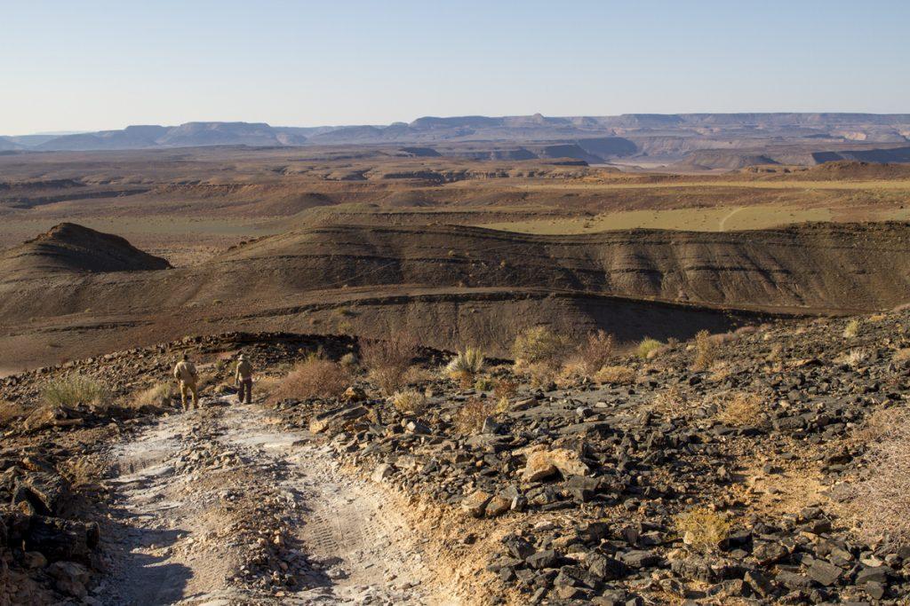 På väg ner i världens nästa största ravin, Fish River Canyon.