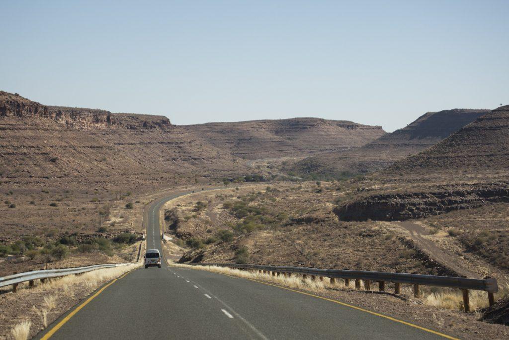 Här upplever vi något så ovanligt som en sväng. Vägen B4 genom det namibiska landskapet.