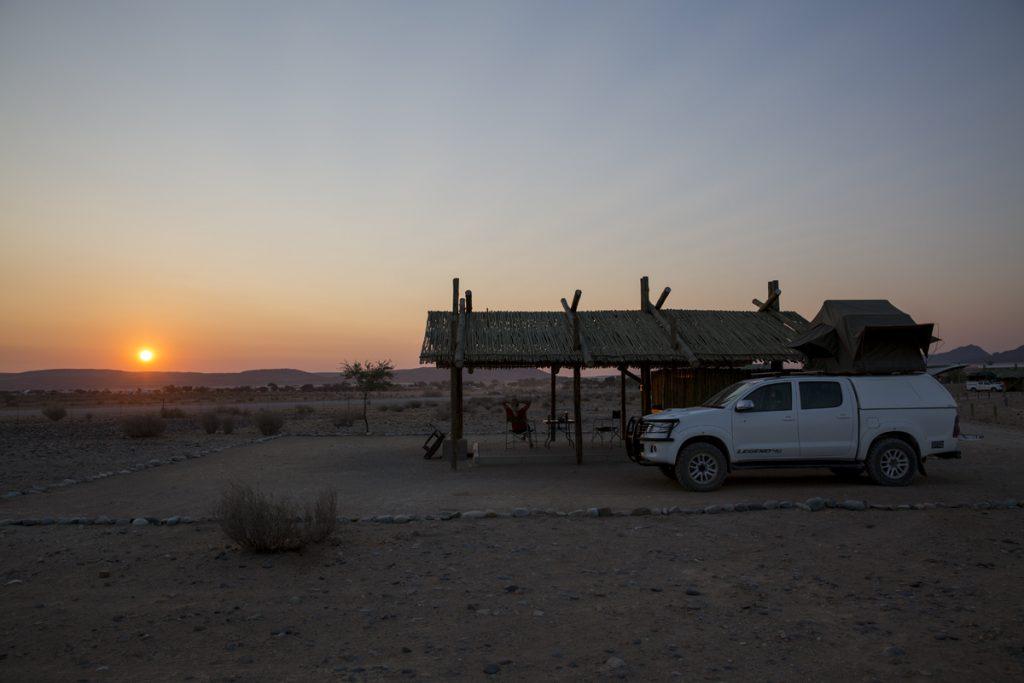 Vi avslutar dagen lite lagom avslappnat vid Sossus Oasis Campsite och ännu en vacker solnedgång. I morgon blir det sanddyner...