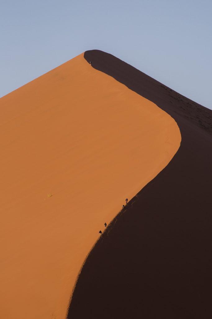 Varje sanddyn vi passerar på väg mot Sossusvlei har sin egna karaktär.