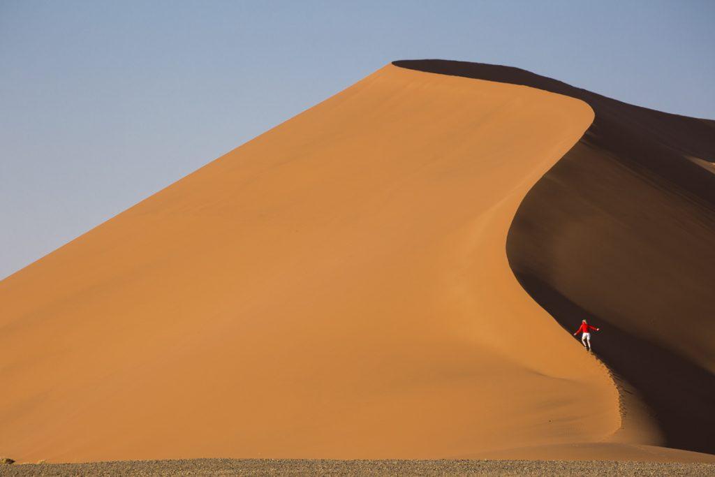 Ylva, som är på väg uppför vår alldeles egna sanddyn, förgyller bilden och ger perspektiv