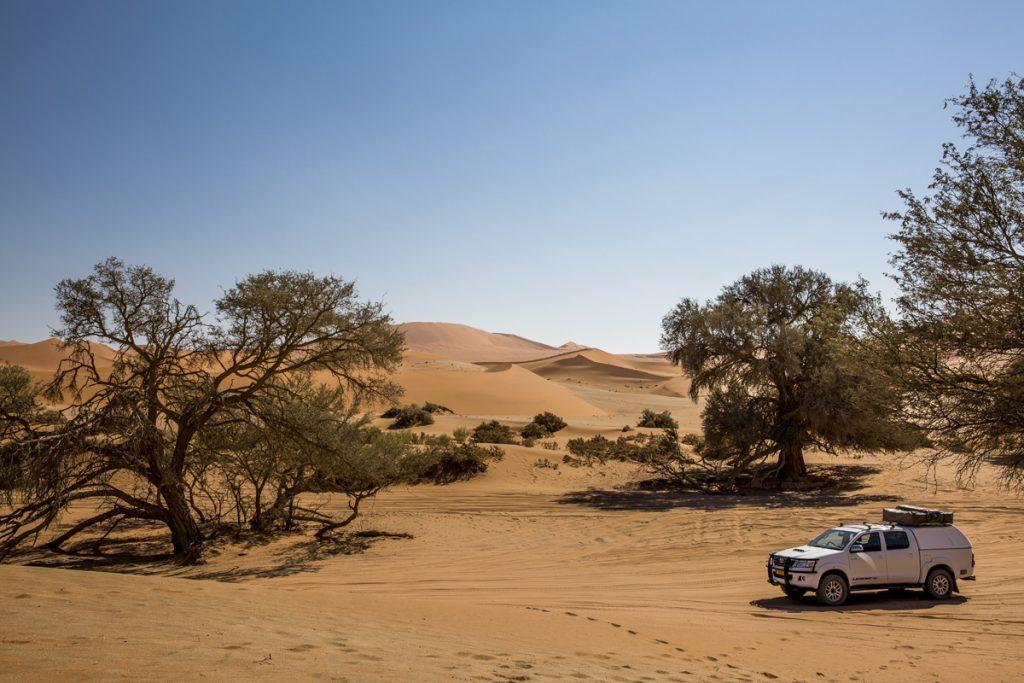 Vår bil står och laddar för några kilometer rally i djup sand