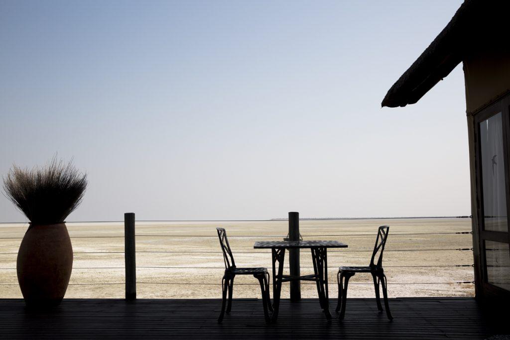 Restaurangen ligger även den fantastiskt vackert vid den uttorkade sjön Etosha Pan