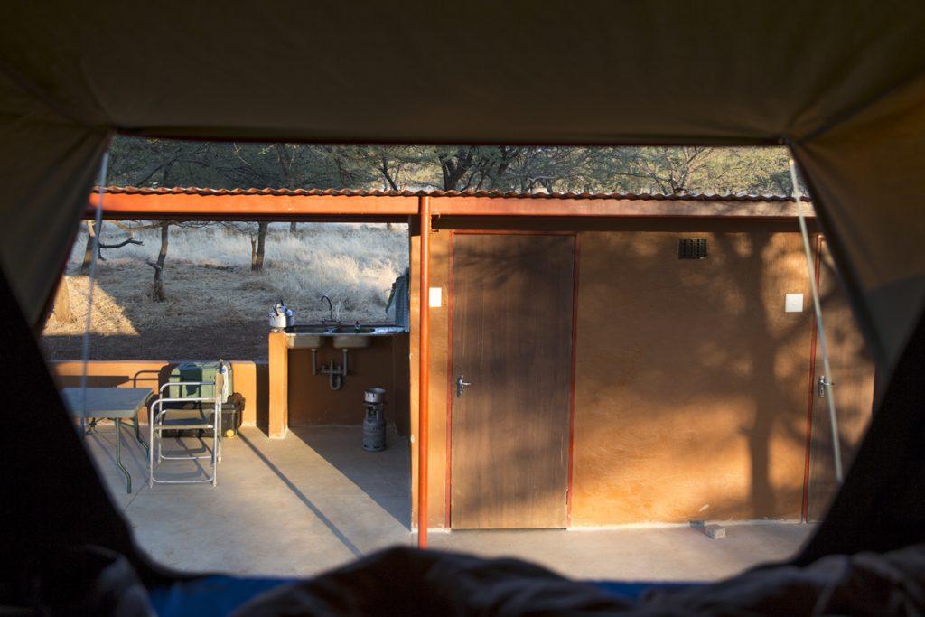 Här finns dusch, toalett, grill, handfat, tak över huvudet endast för oss. Taget från andra hållet av tältet.
