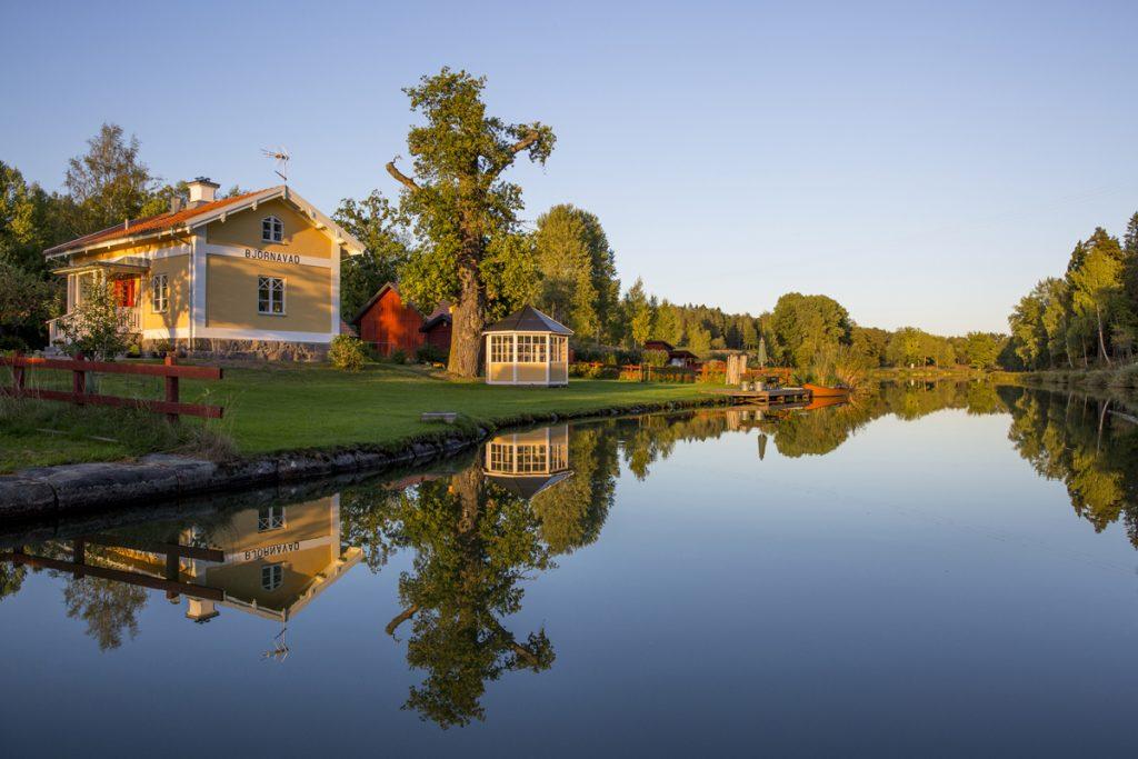 Vacker spegel på Göta Kanal i närheten av Norsholm