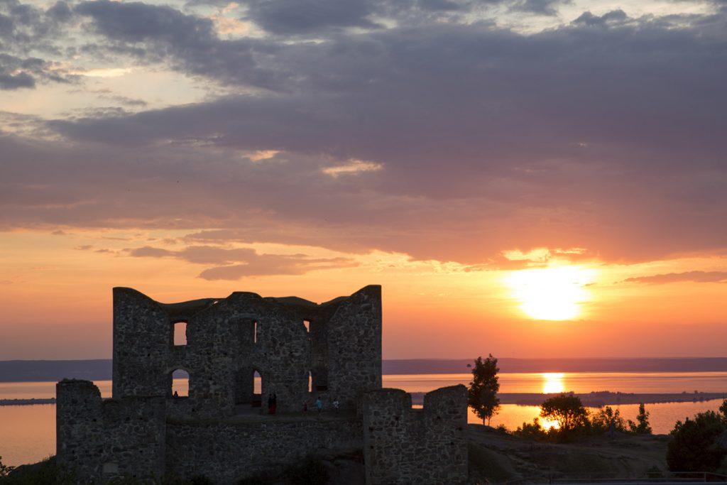 En av Sveriges mest fotograferade vyer med solnedgång. Brahe Hus med Vättern