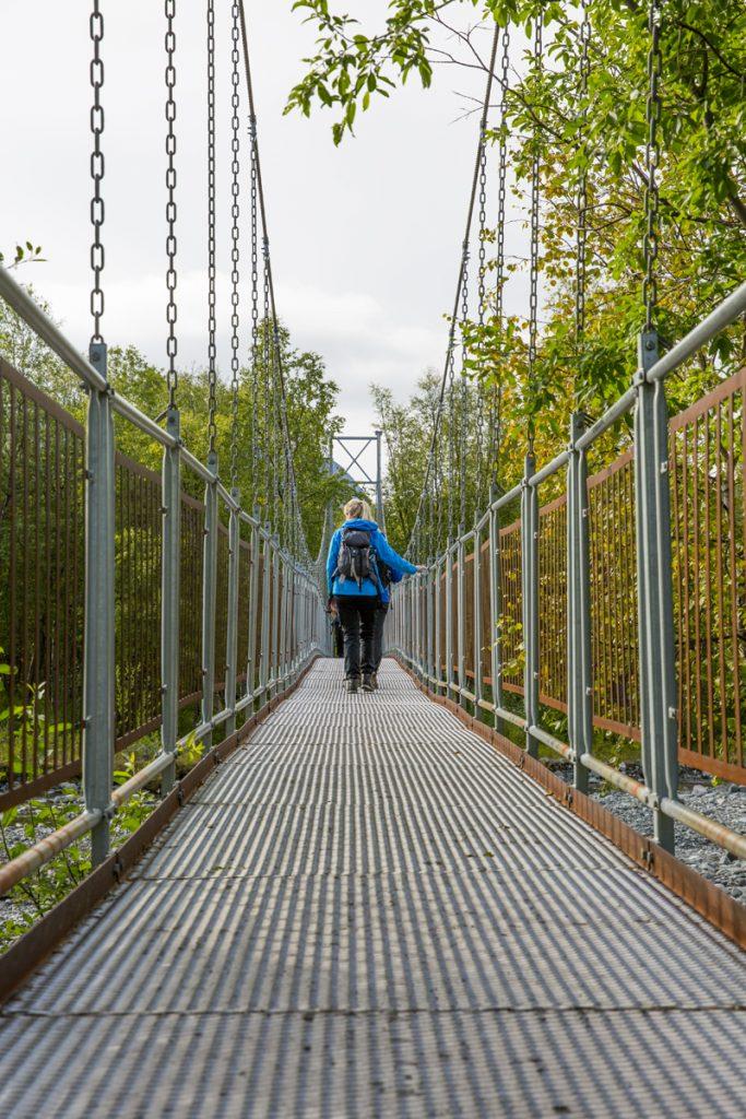 Tack vare hängbroarna tar vi oss lätt över vattendragen