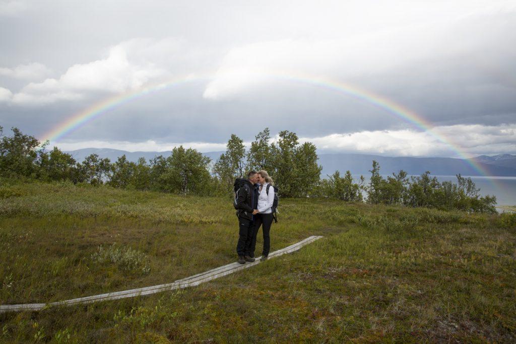 """Man kan ju också göra som jag och Ylva gjorde. Vi gifte oss nämligen på berget, fast det var en annan dag och på vägen ner fick vi en vacker regnbåge som """"ringade"""" in oss"""