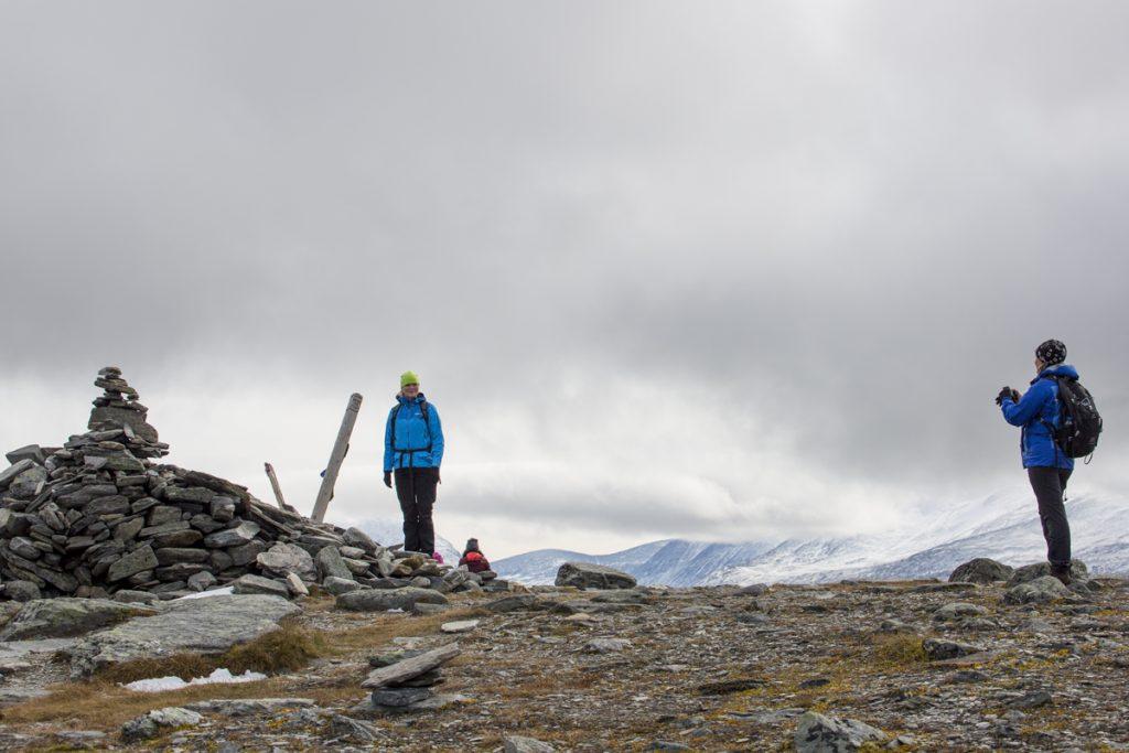 Obligatorisk fotografering vid toppen av Nuolja