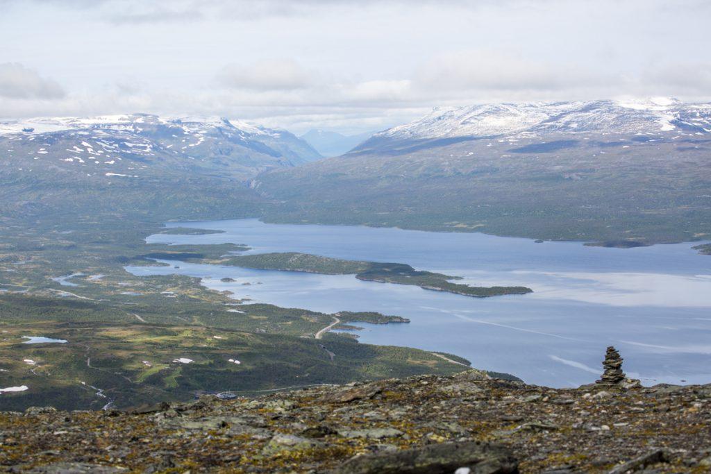 Vy från toppen av Njulla med Björkliden nedanför och Nationalparken Vadvetjåkka på andra siden Torne träsk