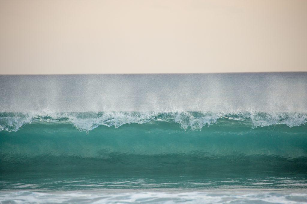 Ett vackert skådespel när vågorna rullar in med tidvattnet