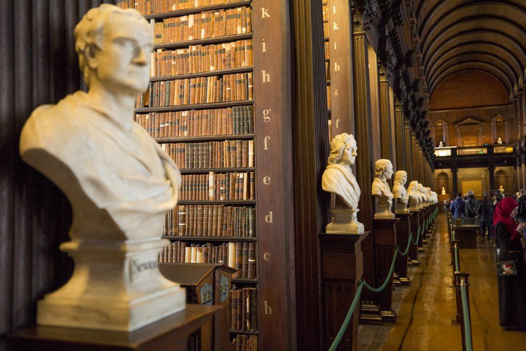 Många är de kända personer som står som byst i Trinity College Library