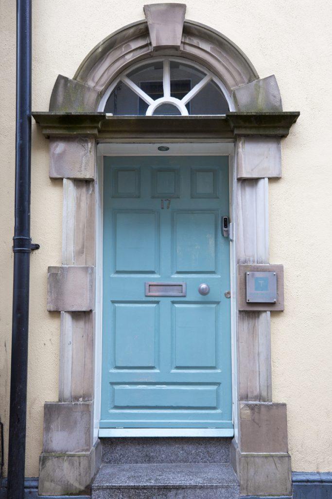 En typisk dörrportal i Dublin