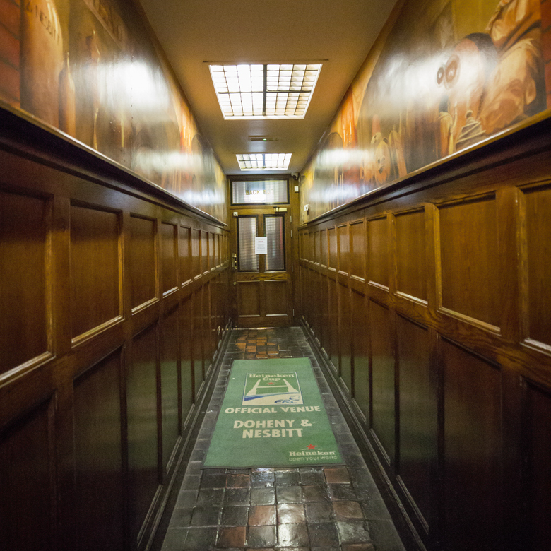 """Dörrvakten visade oss: """"Första dörren till höger och genom korridoren och sedan..."""