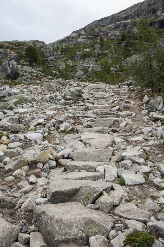 Delar av leden är byggd med stora stenar som en trappa
