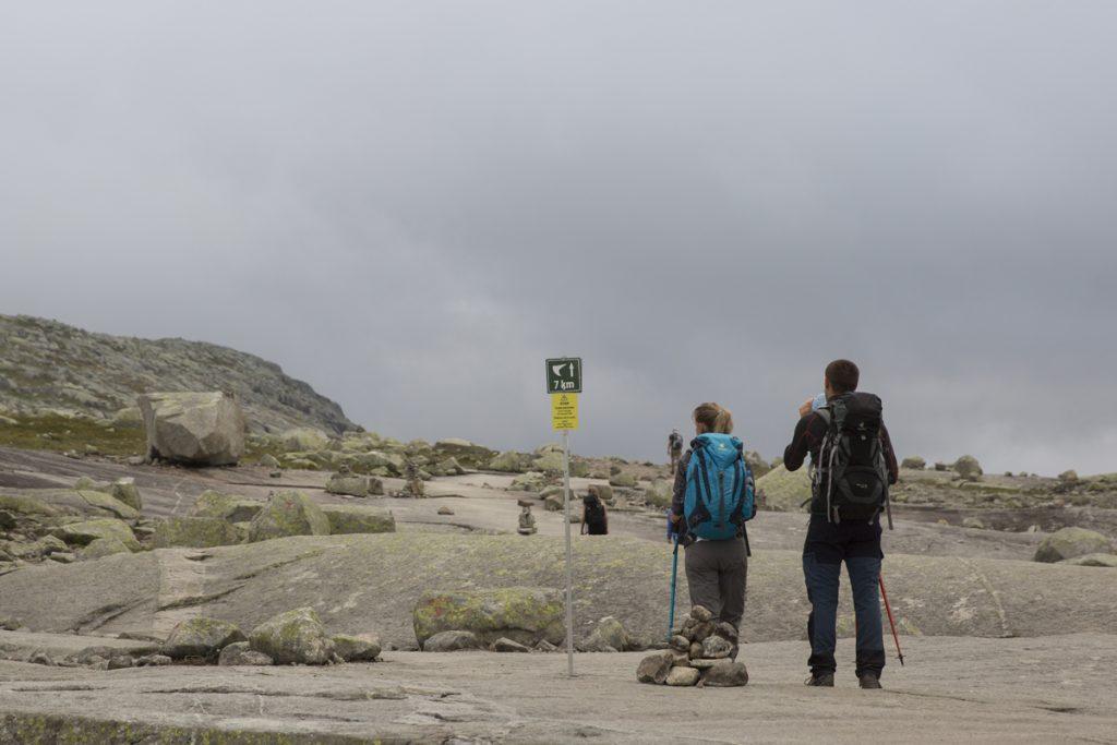 Ett par som passar på att njuta av att läsa att de har avverkat mer än hälften av vandringen