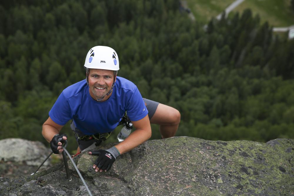 Jag klättrar på Via Ferrata uppför Skuleberget 250 m. Bara några meter kvar...