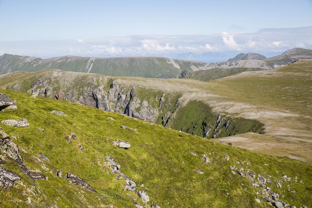 Vandringen fortsätter med lite lättare lutning väl uppe på platån innan vi når toppen på Måtind