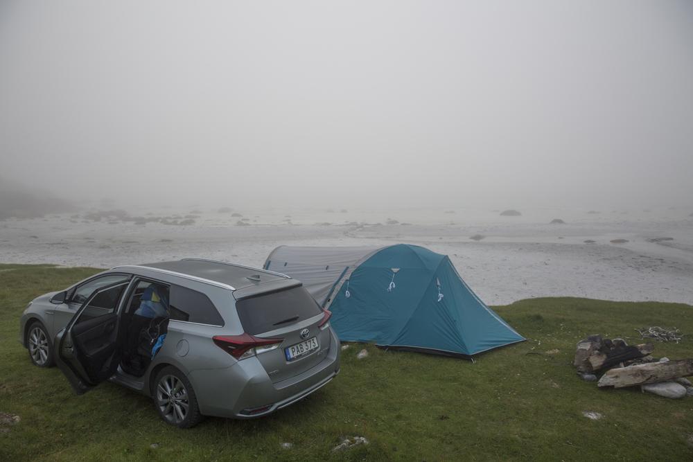 Vi tyckte idén att fricampa nära stranden var bra. När väl tältet stod på plats kom dimman och havet syns inte längre.