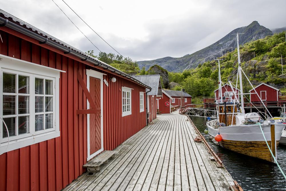 Ett besök i Nusfjord är att föredra. Hela fiskeläget, som är ett av Norges äldsta, är som ett museum. Här röda stugor.