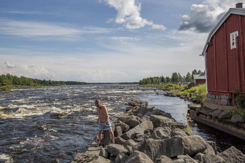 """Fiskare vid Kukkolaforsen. """"Det blir int mycke fisk i år int. Tur det finns kvar från förra året"""""""