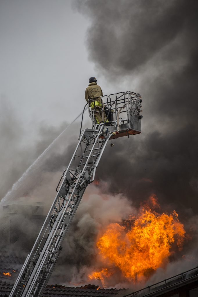 Brandman släcker eld