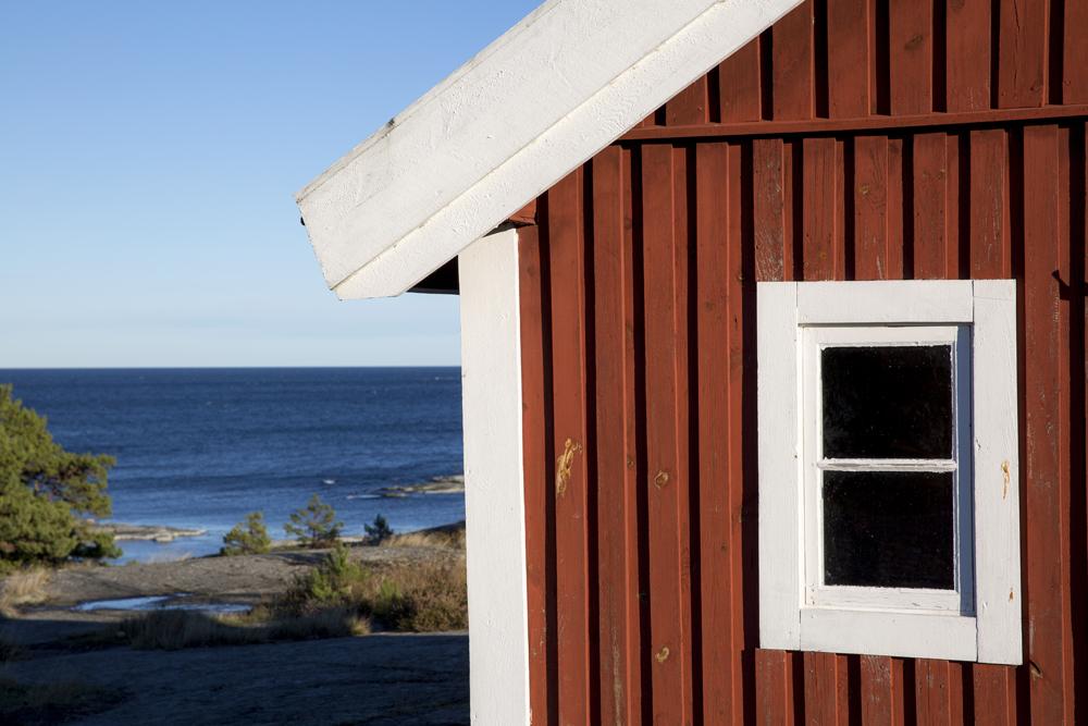 Älskar detaljbilder. Bra komplement till alla vyer. Klassiskt svenskt motiv: röd stuga, hav, skärgård och naturligtvis klarblå himmel, eller...?