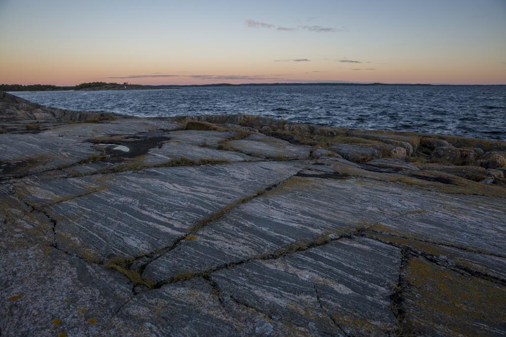 Även sprickorna på stenhällen bildar häftiga mönster i naturen