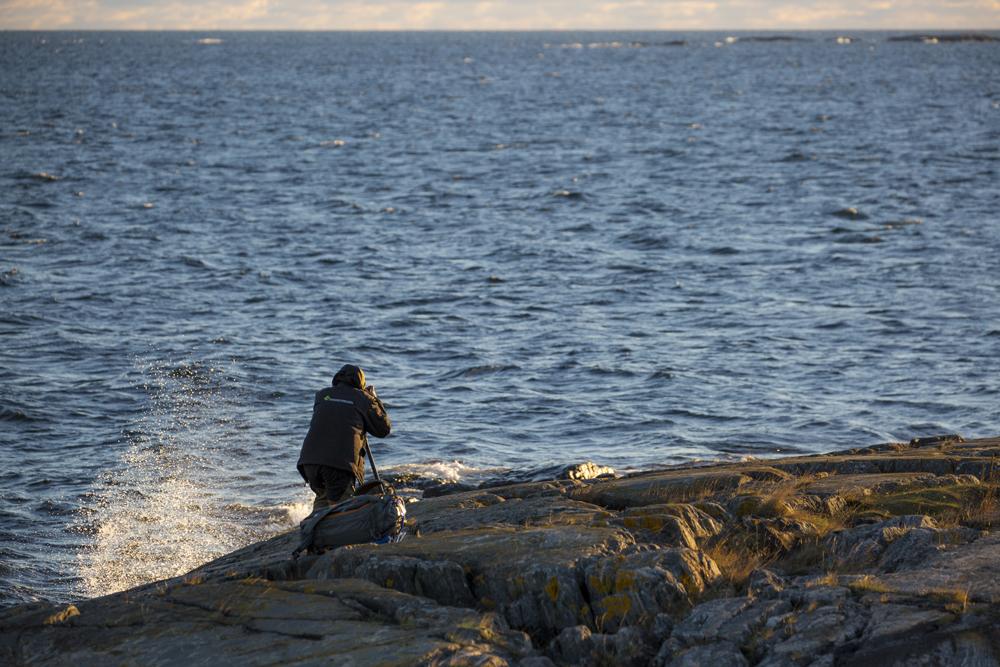 Fotografen Mattias vid strandkanten
