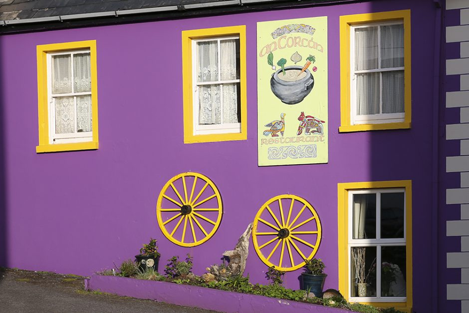 Husen är färggranna även i Waterville, precis som i så många andra städer på Irland. Fler bilder i lila finns i galleri lila, här på min webbsida