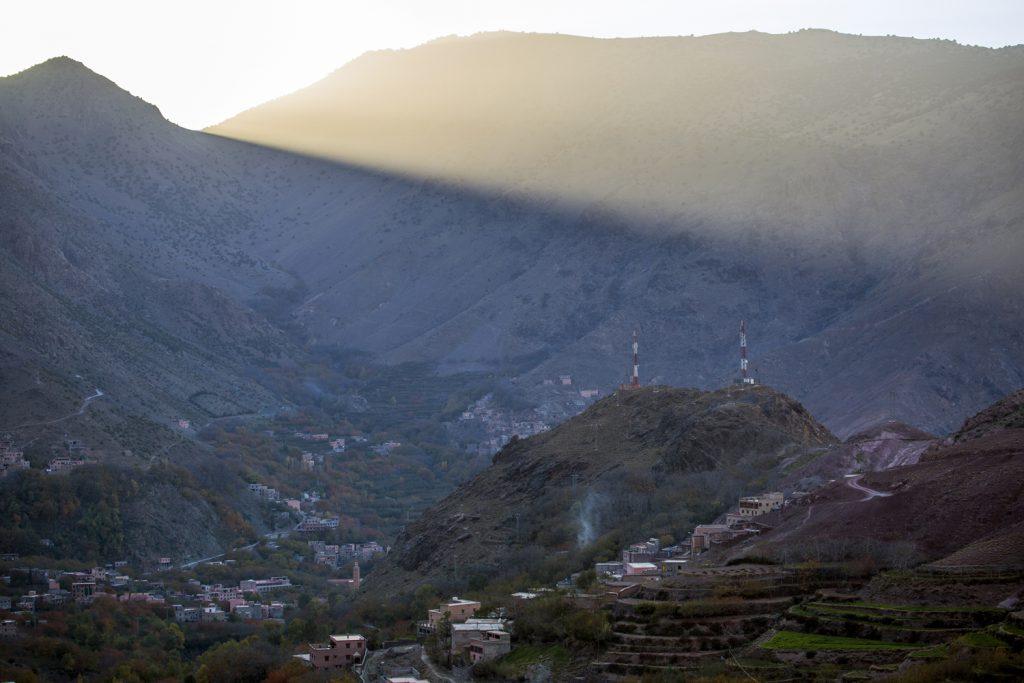 Solen går ner tidigt i bergen...