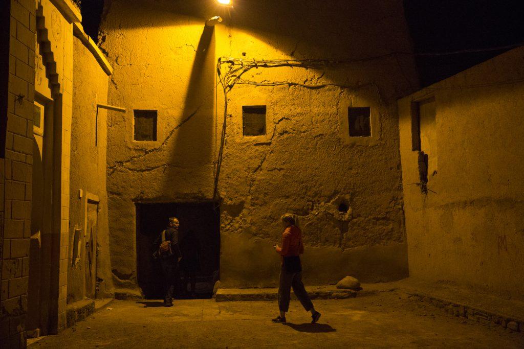 Vägen till vår Riad gick genom mörka och trånga gränder, in genom mörka hål i väggen...