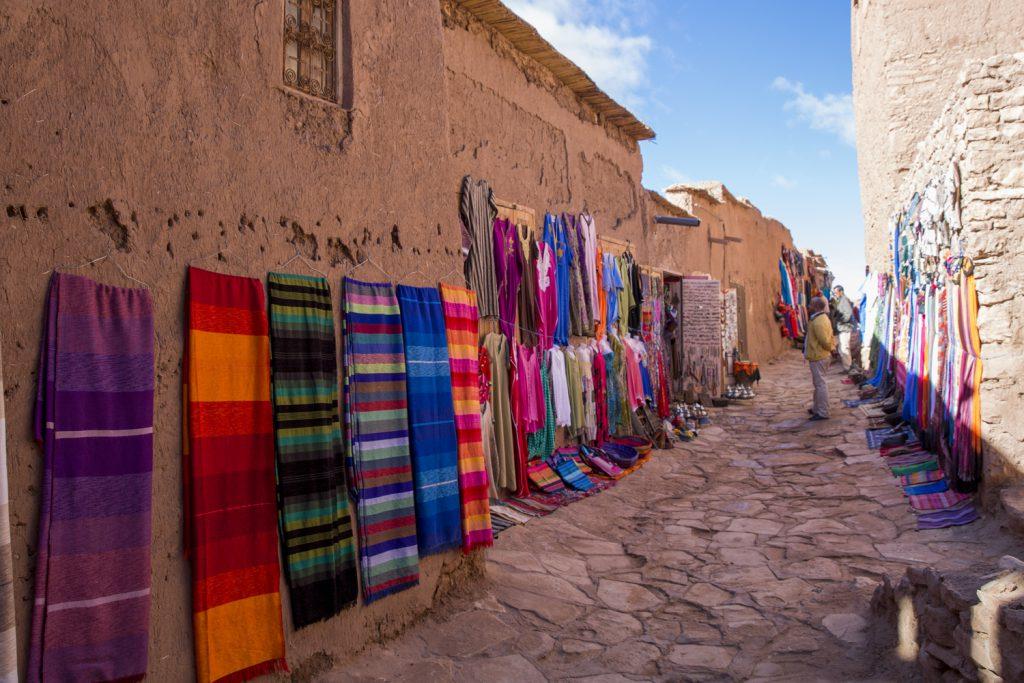 Kommers i vackra färger i gränderna på väg tilldet gamla Ait Ben Haddou