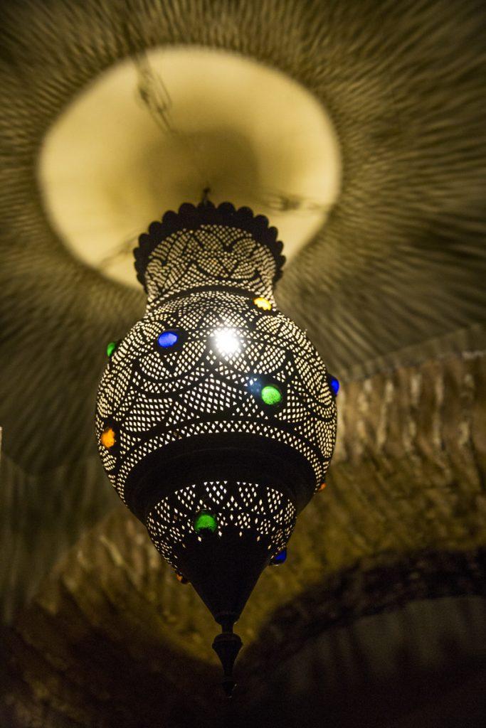 En av många vackra marockanska lampor som pryder Riaden
