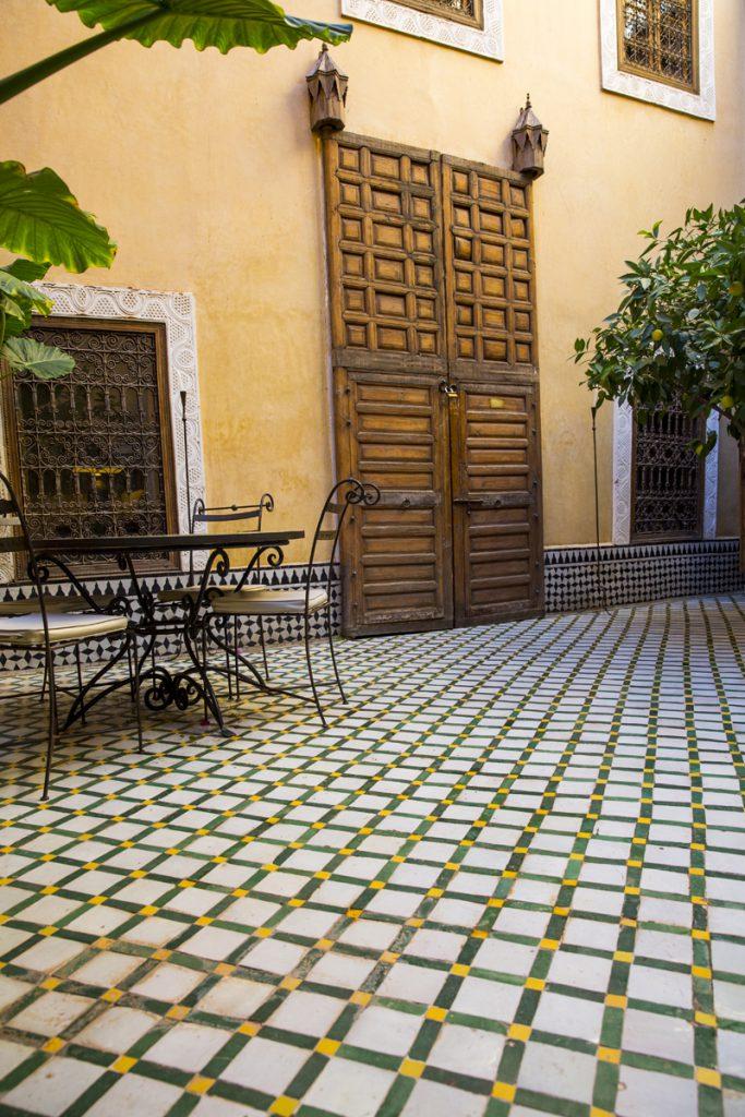 Innergården på Riad Khol med vår öre 3 meter höga port till vårt rum