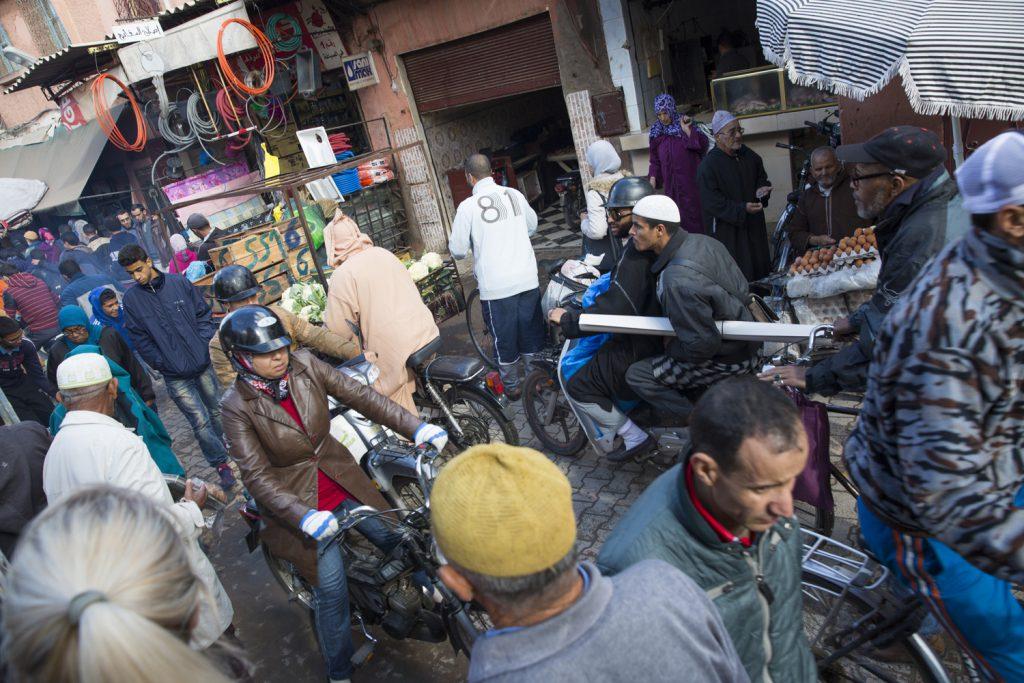 Många trängs på gatorna i Marrakech. Kaos skulle vi svenskar kalla detta myller, men det fungerar otroligt nog utan större incidenter.