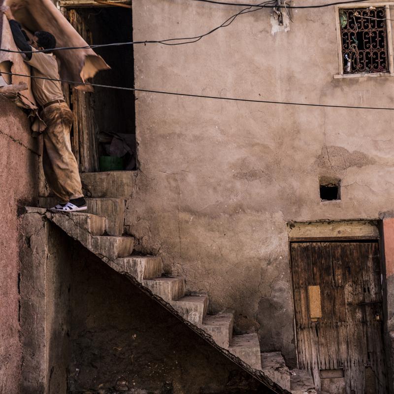 En man som hänger upp skinn för torkning, på garveriet