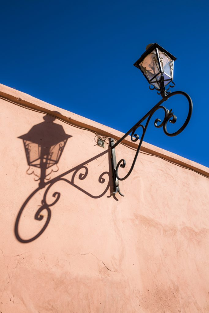 Vackra lampor var det gott om. Smederna har haft en del att göra i staden. Här var det två till priset av en.
