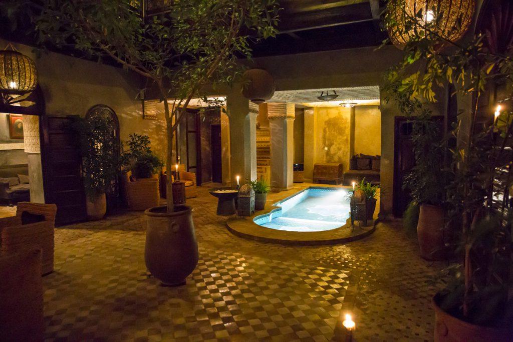 Den andra innergården på vår Riad i kvällsljus