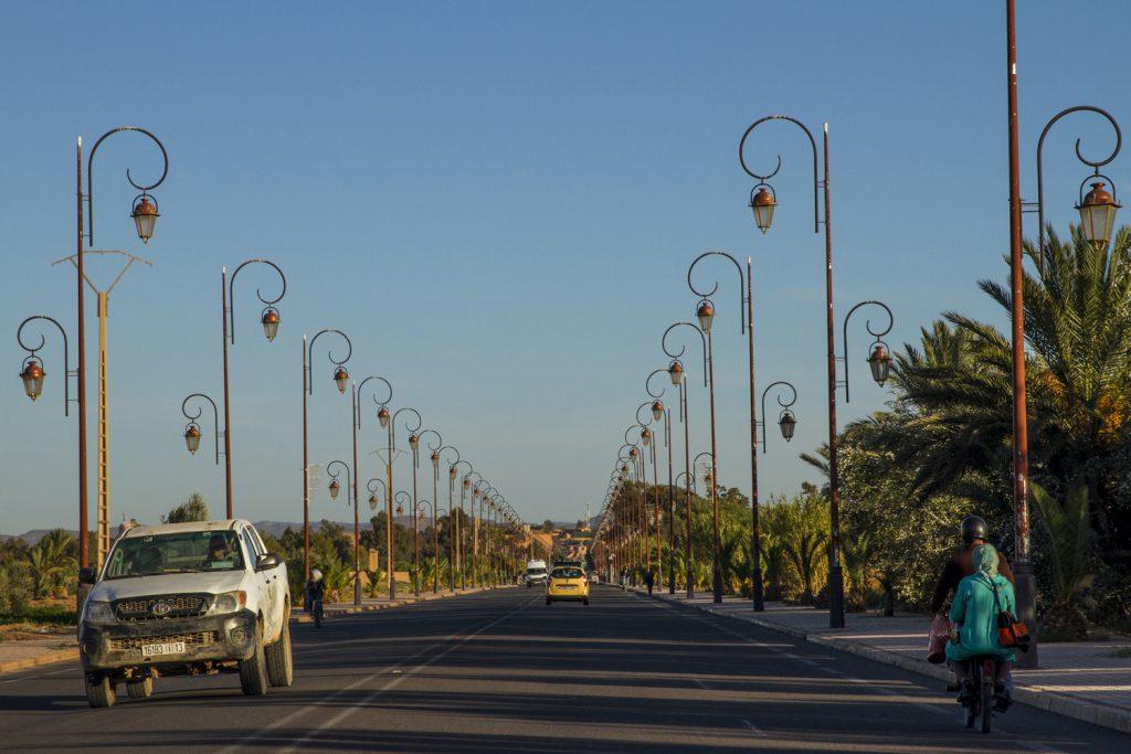 Vägen in mot Ouarzazate är vackert smyckad