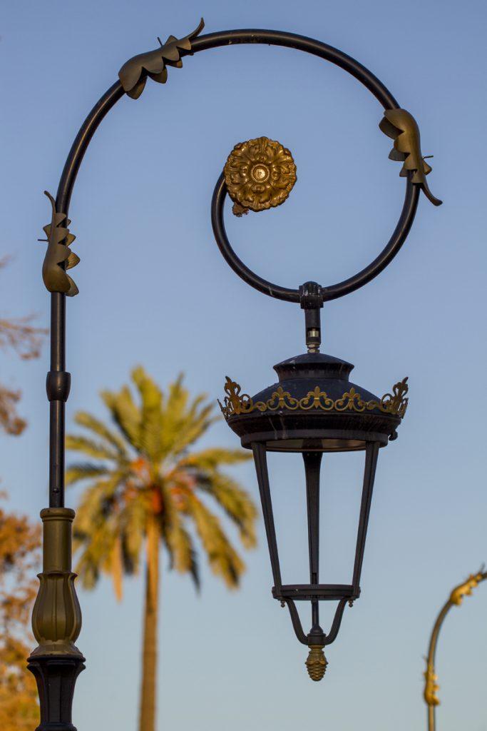 Som sagt, många vackra lampor. Här med en modern look, utanför medinan.