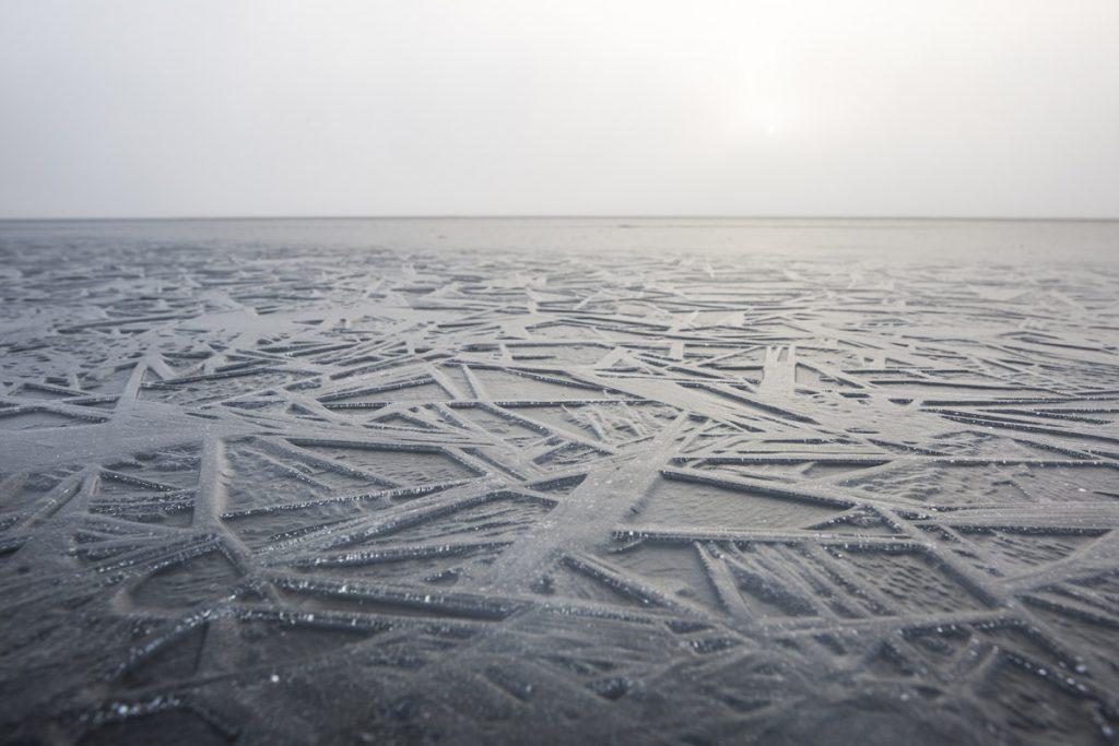 Närbild på häftiga isformationer som har bildats ytan