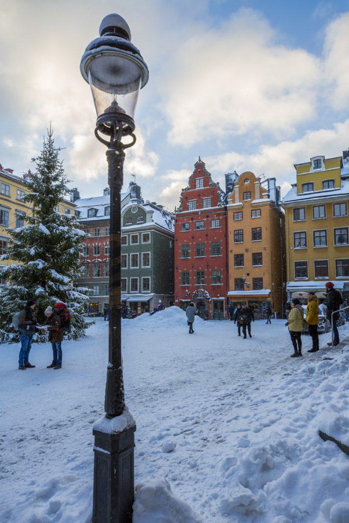 Stortorget i Gamla Stan. Många turister njuter av den vackra svenska vintern