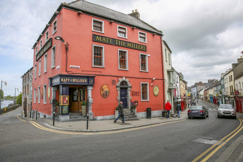Kilkenny. Stadens trevliga centrum omger det imponerande slottet med samma namn
