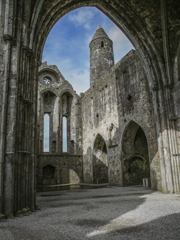 Den mäktiga ruinen på kullen i Rock of Cashel