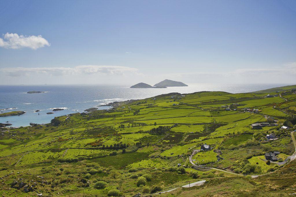 Storslagna vyer med böljande vackra gröna landskap längs Ring of Kerry