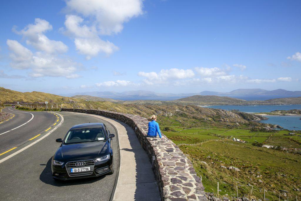 Ylva tittar ut över vyerna på Ring of Kerry. Världen är vacker!