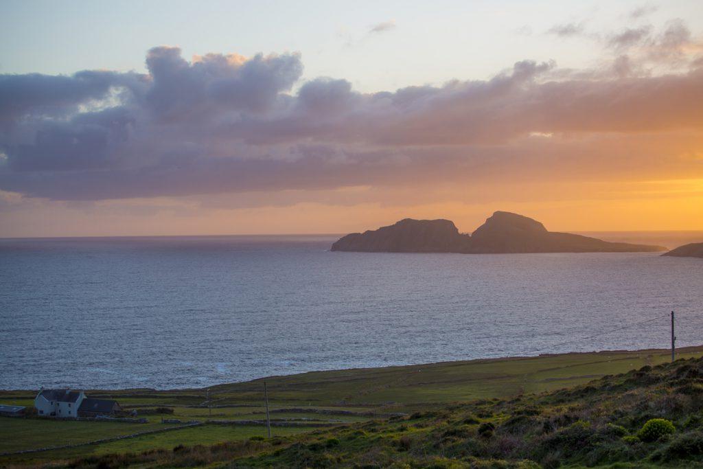 Skellig Island i vackert kvällsljus. Vi valde bort en tur till öarna men det är nog värt ett besök om man tar sig tid.